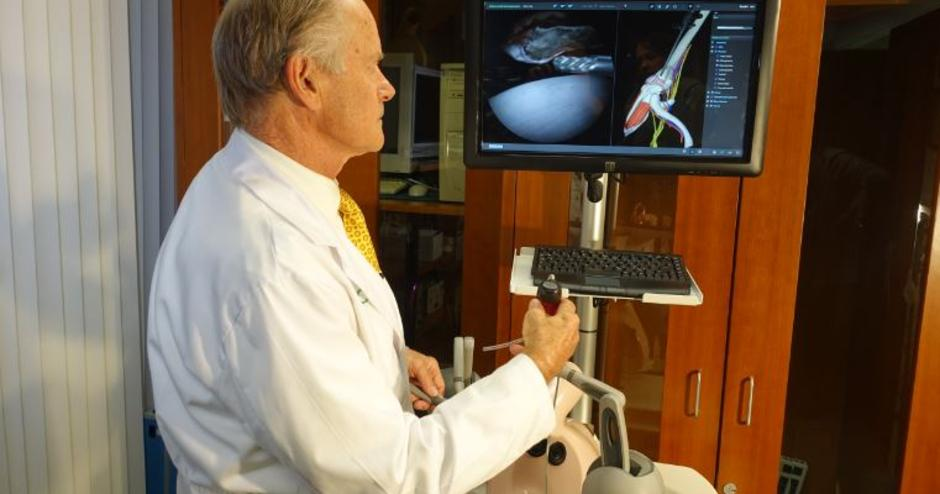 Dr. Stephen Snyder ARTHRO Mentor arthroscopic training simulator user